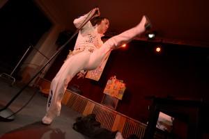 """Senftenberg Theater Neue Bühne ELVIS, DER KING UND ICH Liederprogramm PREMIERE: 30.11.2013 Paukenschläge donnern. Die berühmte Fanfarentriole. """"Also Sprach Zarathustra"""" erfüllt den Raum. Die Bühne ist noch dunkel. Das Publikum? Es hält den Atem an. Und ein Schlagzeuger, noch unsichtbar, übernimmt den Beat der Pauken. Löst ihn in einen treibenden Rock'n'Roll-Rhythmus auf. Unvermittelt ist die Bühne im gleißenden Licht von hunderten Scheinwerfern gebadet. Nun sieht man sie zum ersten Mal. Die Band. Umleuchtet von pulsierendem Gleißen. Die Instrumente stimmen in den Rhythmus des Drummers ein. Der Rhythmus rollt und stampft, die Riffs zerreißen den Raum, Posaunen, Trompeten schallen. Doch wo ist er, den sie alle erwarten? Unerträglich steigt die Spannung, bis ... ein Blitz, ein Donnerschlag, ein Feuerwerk. Dann steht er da, in seinem weißen Anzug. Die Menge? Außer Rand und Band! Frenetisches Kreischen, einige fallen in Ohnmacht. So wird es sein. Ganz sicher. Heute Abend, wenn er das Erbe des King of Rock antritt. Im strahlendweißen Ornat des Meisters. Es wird mehr sein als bloße Nachahmung, Kopie, Plagiat. Ein Gottesdienst. Eine Erweckung. Dann ist er jemand. Ist bedeutend. Entpuppt sich endlich. Zeigt der Welt sein wahres Ich. Erleben Sie den Schauspieler Jan Schönberg in den letzten bangen Minuten vor seiner großen Metamorphose zum größten Elvis-Imitator aller Zeiten. Mit viel Musik. Alles vom King. Live gesungen. Elvis is not dead. Elvis Forever!"""